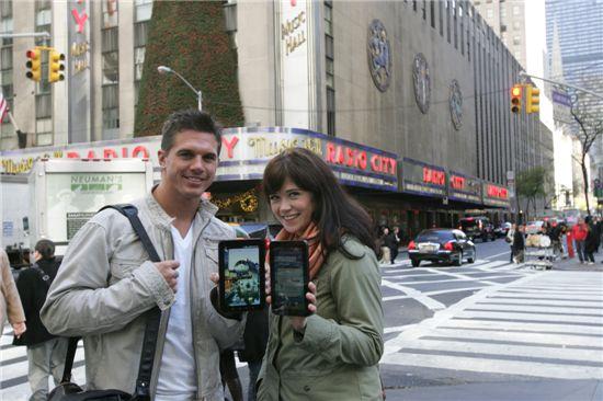 뉴욕 타임스퀘어에서 이날 공식 시판된 갤럭시탭을 고객들이 선보이고 있다.