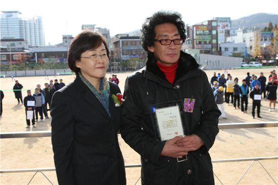 신연희 강남구청장(왼쪽)의 족구대회 참석