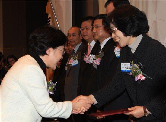 백영희 여성가족부장관(왼쪽)이 박춘희 송파구청장에게 가족친화인증기관으로 선정된 것을 축하하고 있다.