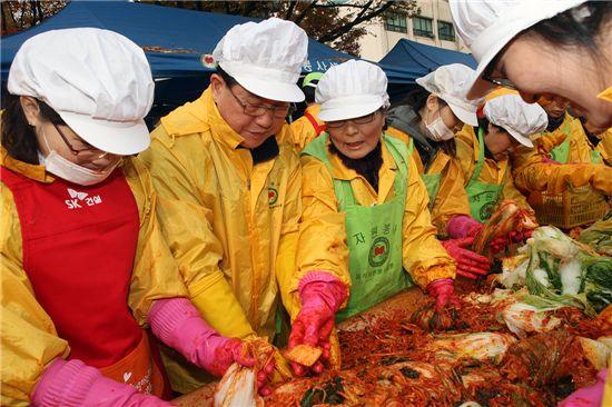 문충실 동작구청장이 자원봉사자들과 함께 김장을 담고 있다.