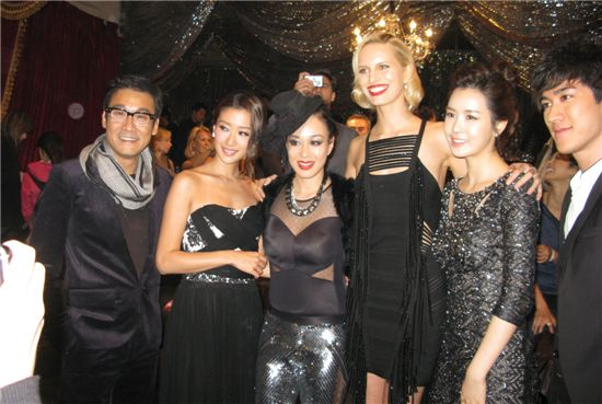 Actress Lee Da-hae (second from right) poses with other celebrities at the China Fashion Awards (CFA) [DBM Entertainment]