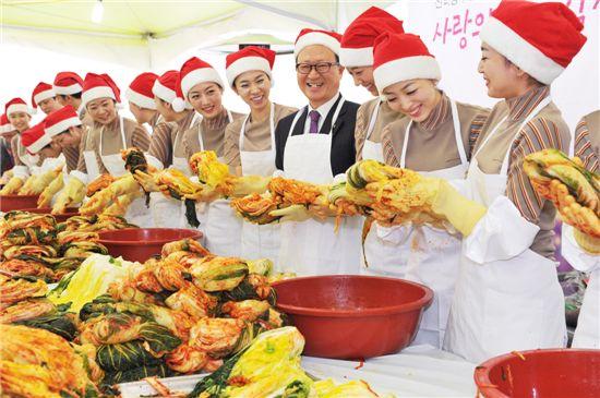 산타복장을 한 아시아나항공 윤영두 사장(가운데)과 승무원들이 2일 강서구 오쇠동 본사에서 '사랑의 김장 담그기'행사를 가지고 있다.