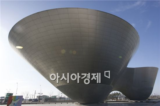 인천 송도국제도시 내 인천세계도시축전 기념관 '트라이-볼'(Tri-Bowl).