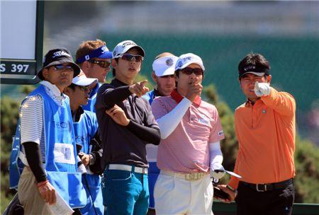 일본과 아시아 무대에서 각각 상금왕에 오르며 세계무대로 비상하고 있는 김경태(왼쪽에서 세번째)와 노승열(왼쪽에서 두번째).