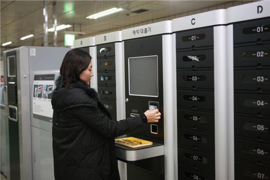 수유역 무인대출반납시스템을 가동하는 강북구 주민