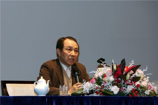 강덕수 STX그룹 회장이 지난 4일 STX 문경리조트에서 열린 '2010 하반기 경영전략회의'에서 강연하고 있다.