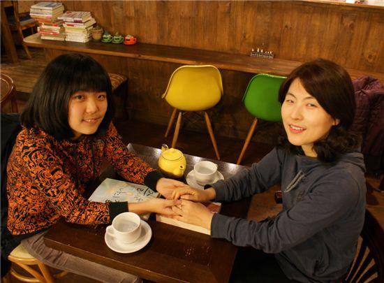 정채린(16)양은 어머니 호경환씨와 함께 책을 읽는 시간이 자연스럽다