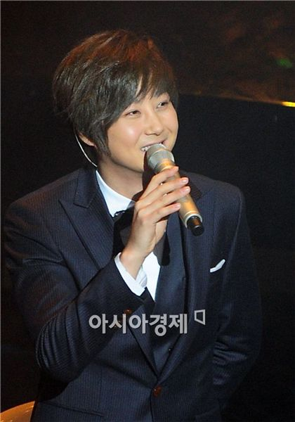 Singer Shin Hye-sung speaks to fans at his concert held at the AX-Korea hall in Seoul, South Korea on November 4, 2010. [Park Sung-ki/Asia Economic Daily]