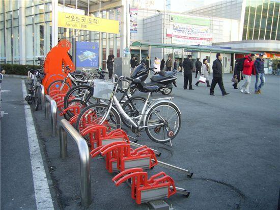 대전역 앞에 마련된 자전거보관대.