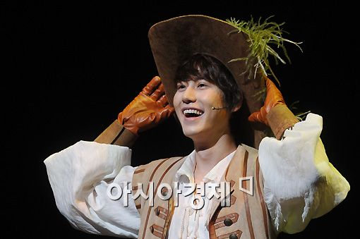 "Super Junior Kyuhyun acts a scene from musical ""The Three Musketeers"" at a press call for the show held at the Chungmu Art Hall in Seoul, South Korea on December 16, 2010. [Lee Ki-bum/Asia Economic Daily]"