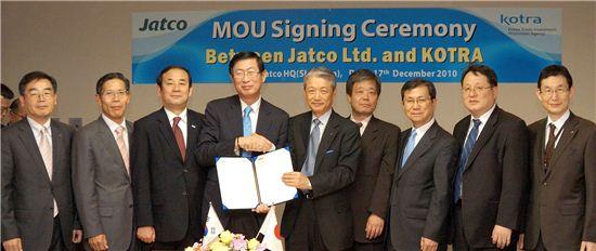 조환익 코트라 사장(완쪽 4번째)이 17일 오후 일본 시즈오카현 후지시에 소재한 자트코 본사에서 이시다 시게오 JATCO 사장과 양해각서를 체결했다.