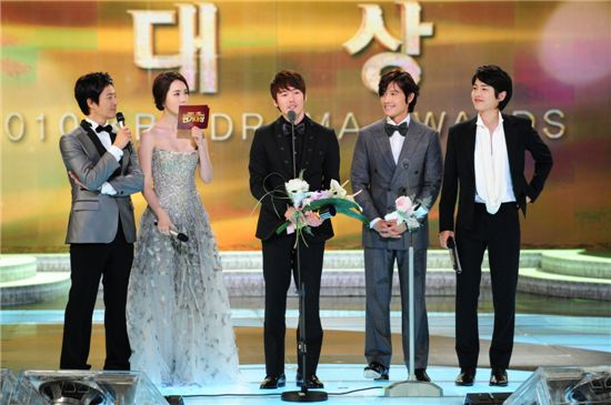 Actor Jang Hyuk speaks at the 2010 KBS Drama Awards held at KBS' headquarters in Seoul, South Korea on December 31, 2010. [KBS]