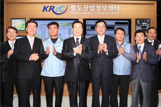 조현용(왼쪽에서 4번째) 한국철도시설공단 이사장 등 관계자들이 철도산업정보센터 현판식을 갖고 박수를 치고 있다.