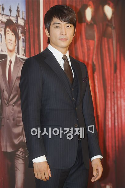 """Actor Song Seung-heon poses during a photocall of a press conference for upcoming MBC TV series """"My Princess"""" held at the Lotte Hotel in Seoul, South Korea on January 3, 2011. [Lee Ki-bum/Asia Economic Daily]"""