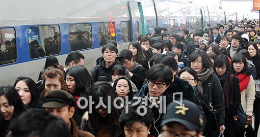 [포토] 서울역 나서는 귀경객들