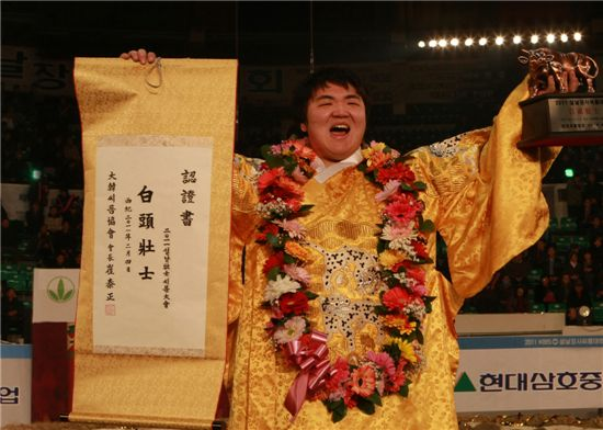 지난 4일 설날 천하장사 씨름대회에서 우승한 이슬기 현대삼호중공업 코끼리 씨름단 선수가 환호를 외치고 있다.