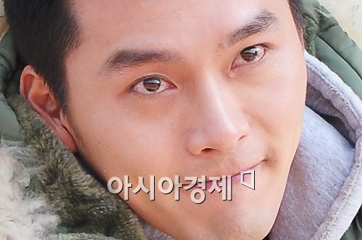 """현빈, 팬들에 큰절 올리고 눈물..""""2년 시간 잘 쓰고 오겠다"""""""
