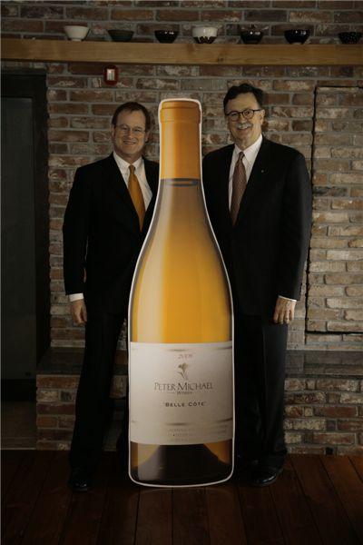 톰 에킨 피터마이클 총괄부사장(오른쪽)과 피터 케이 마케팅총괄담당자가 '이건희 와인'으로 유명해진 벨꼬뜨 와인 앞에서 포즈를 취하고 있다.