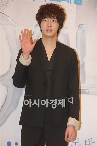 """Actor Jung Il-woo poses during a press conference for upcoming SBS TV series """"49 Days"""" held in Seoul, South Korea on March 8, 2011. [Lee Ki-bum/Asia Economic Daily]"""