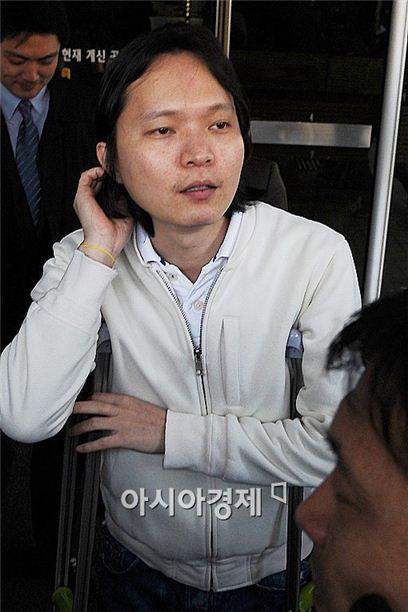 해외 불법도박 혐의로 복역한 가수 신정환이 이번엔 억대 돈을 받은 혐의로 피소됐다.