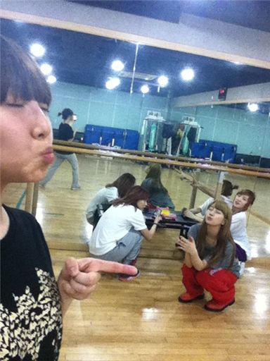 miss A posing in the rehearsal room. [Min's official Twitter website]