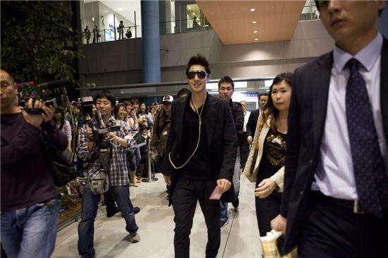 Kim Hyun-joong at Osaka's Kansai Airport on Monday, May 2, 2011 [KEYEAST]