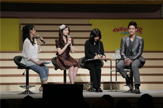"""Kim Hyun-joong (right) and Jung So-min (second to left) at fan meeting to promote drama """"Naughty Kiss"""" in Osaka, Japan on May 3, 2011 [KEYEAST]"""