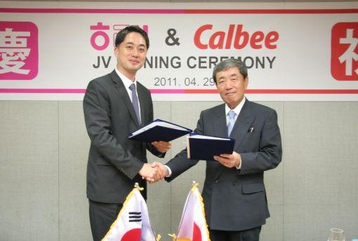 신정훈 해태제과 대표(왼쪽)와 일본 가루비社의 아키라 마츠모토 대표가 해태가루비㈜ 설립 계약을 체결한 후 악수를 나누고 있다.