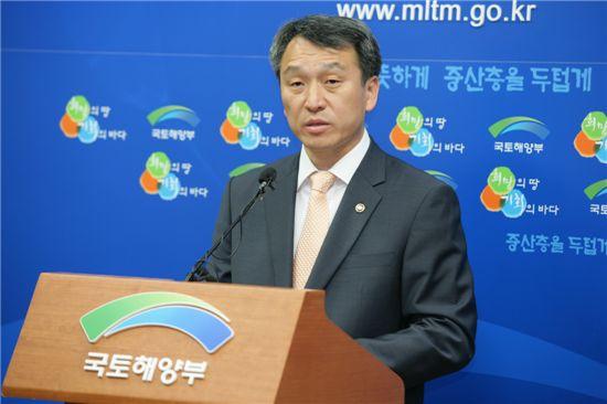 정창수 국토해양부 1차관이 LH본사 경남 일괄 이전에 따른 브리핑에서 설명하고 있다.