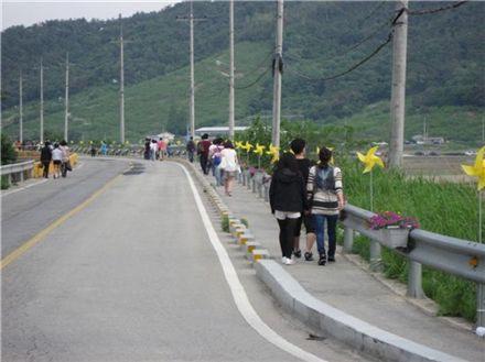 故 노무현 전 대통령 서거 2주기를 이틀 앞둔 21일, 김해 봉하마을에서 노란 바람개비를 따라서 노 전 대통령의 묘역으로 걸어가는 사람들의 모습.