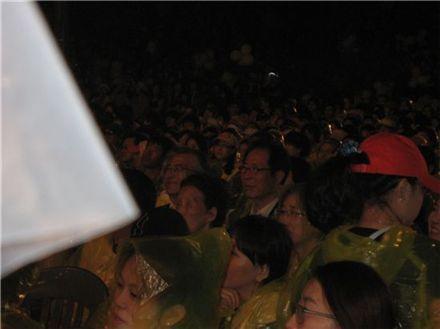 故 노무현 전 대통령 서거 2주기를 이틀 앞둔 21일 김해 봉하마을, 김제동의 토크콘서트를 관람하고 있는 문재인 노무현재단 이사장과 권영길 민주노동당 전 대표.