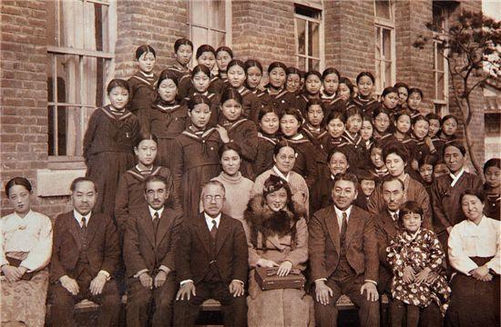 1938년 모교인 숙명여고를 방문한 최승희 (앞줄 가운데)