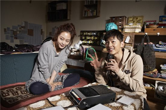"Han Ye-seul (left) and Song Joong-ki (right) in the new film ""Saving up for Romance"" (translated title)"