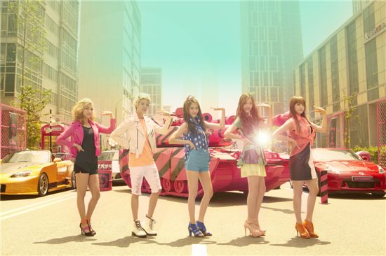 "f(x) on the set of their music video ""Hot Summer"" [SM Entertainment]"