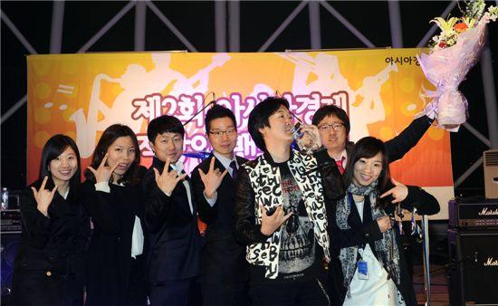 두산인프라코어 직장인 밴드 'D-STAR' 단원들이 지난 4월 28일 서울 여의도 플로팅 스테이지에서 열린 '제2회 아시아경제 직장인 밴드 대회'가 끝난 후 한 자리에 모여 기념촬영하고 있다.