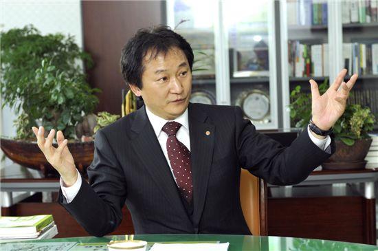 '당선축하금 의혹' 양천구청장 남편 이제학 구속
