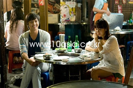 "From left, actor Kim Jeong-hoon and actress Cho Yeo-jung on the set of tvN TV series ""In Need of Romance"" in Seoul, South Korea on July 11, 2011. [Lee Jin-hyuk/10Asia]"