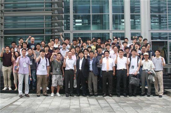 차이나모바일 앱 개발센터 앞. (사진 맨 앞줄 왼쪽에서 4번째가 항국강 차이나모바일 남방기지 총경리)