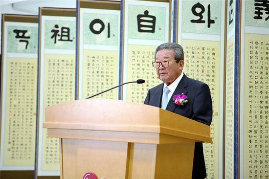 18일 오후 서울 여의도 LG트윈타워에서 열린 '연암해외연구교수 증서수여식'에서 구자경 LG명예회장이 선정된 교수들에게 축하의 말을 전하고 있다.