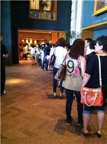 하얏트 호텔 1층 엘리베이터 입구부터 아트페어 관람객들이 장사진을 이루고 있는 모습.