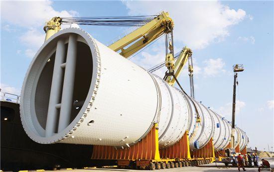 SK건설이 수주해 진행하고 있는 UAE 루와이스 정유공장 프로젝트 중 정유 증류탑 운반작업.