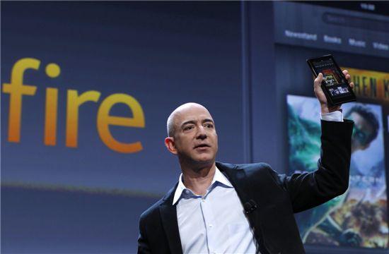 지난해 신제품 발표회에서 제프 베조스 아마존 최고경영자가 '킨들 파이어'를 들어 보이고 있다