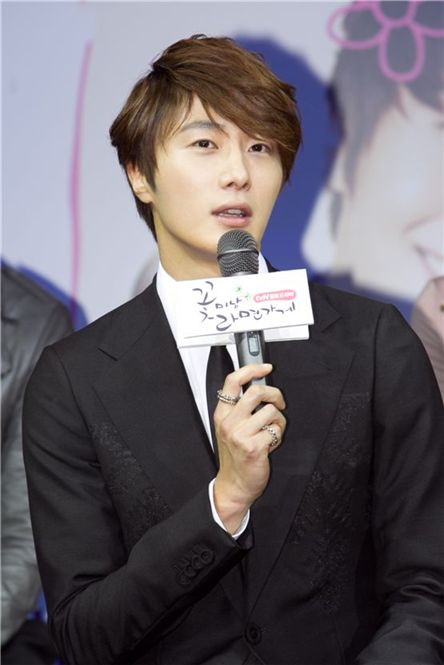 """Jung Il-woo speaks during a press conference for cable channel tvN's """"Cool Men, Hot Ramen"""" in Seoul, South Korea on October 27, 2011. [CJ E&M]"""