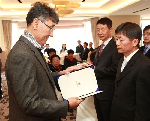 허명계(가운데)·최홍식(오른쪽) 여객전무가 이시형 생명보험사회공헌재단 이사장으로부토 '사회적 의인'상을 받고 있다.