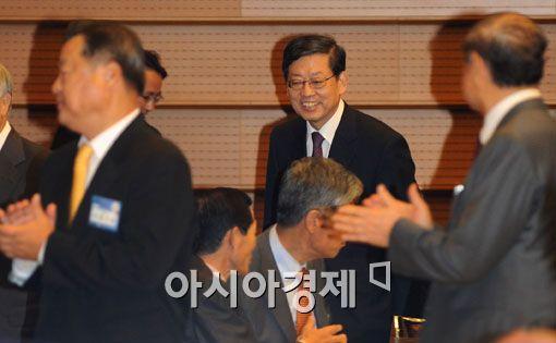 [포토] '받수 받으며 입장하는 김 총리'