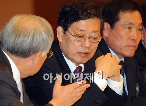 [포토]대화 나누는 김황식 총리와 손경식 회장