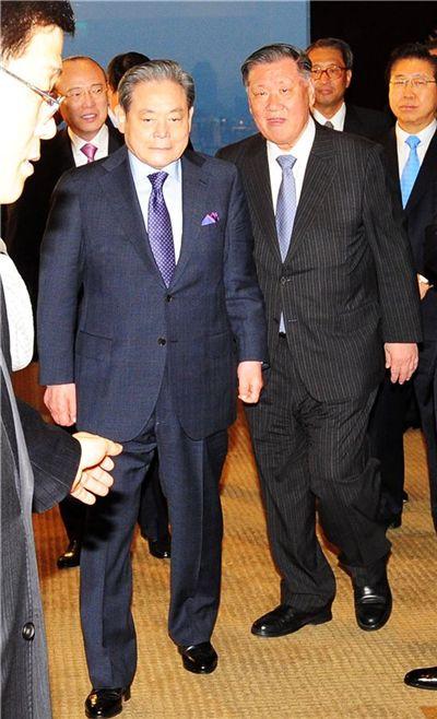 정몽구 현대자동차그룹 회장(오른쪽)과 이건희 삼성전자 회장이 지난 3월 10일 오후 서울 용산구 한남동 하얏트호텔에서 열린 전경련 회장단 초청 국무총리 만찬에 참석하기 위해 입장하고 있다. 사진= 윤동주 기자 doso7@