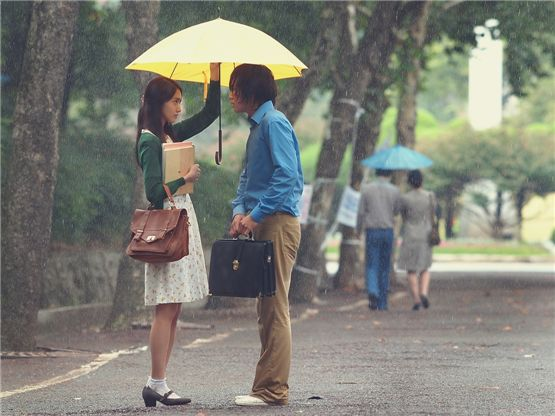 "Girls' Generation Yoona (left) and actor Jang Keun-suk (right) in a scene for upcoming TV series ""Loverain"" [Tree J. Company]"