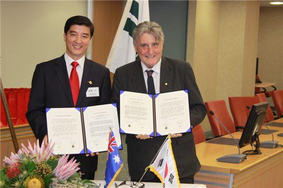 이해식 강동구청장과 패트릭 레일리  윌로비시장이 두 도시간 협력 강화를 위한 협약을 맺었다.