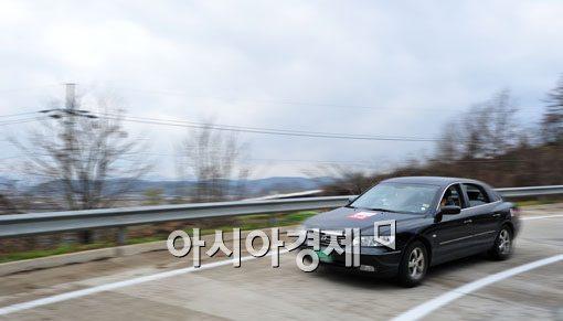 [포토] '반화점 통과하는 차량들'